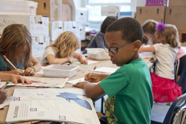 Waar vindt je schoolmeubilair voor kinderen van alle leeftijden?
